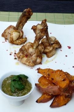 xups de pollastre, cunyes de moniato i salsa satay